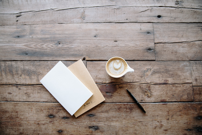 Kaffekopp på bord med bok